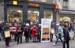 Action BDS devant laa boutique Orange à Lyon le 20 12 2014