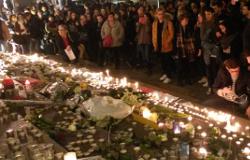 Hommage spontané aux victimes des attentats du 13 novembre. Lyon Terreaux 15 nov.