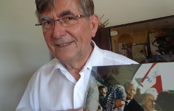 Guy Fischer avec photo de Nelson Mandela