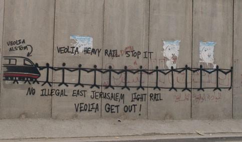 Tag contre le tramway colonial sur le mur en Palestine